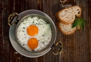 Яичница на сковороде sahanda yumurta