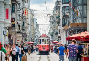 Ностальгический красный трамвай в Стамбуле
