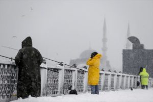 Рыбаки на Галатском мосту зимой