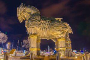 Троянский конь на набережной города Чанаккале (Галлиполи)